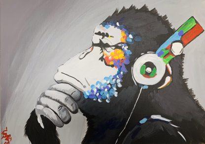 fekete majom színes fejhallgatóval
