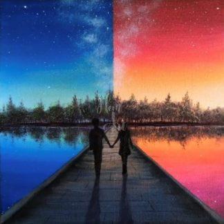 Szerelmes pár sétál egy hídon